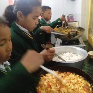 Children-on-their-duty-in-the-new-kitchen-20-773x1030